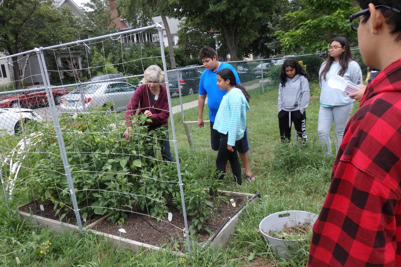 Centro Tyron Guzman gardeners